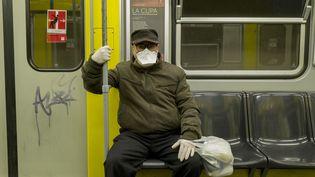 Un homme porte un masque dans le métro de Naples, en Italie, le 20 mars 2020. (PAOLO MANZO / NURPHOTO / AFP)