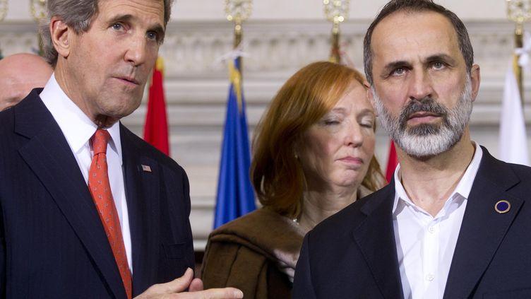 Le secrétaire d'Etat américain John Kerry et le chef de la Coalition nationale syrienne, Ahmed Moaz Al-Khatib, le 28 février 2013 à Rome (Italie). (CLAUDIO PERI / POOL)