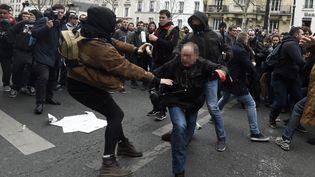 Policiers et manifestants s'affrontent, lors d'une manifestation contre la loi Travail, à Paris, le 24 mars 2016. (DOMINIQUE FAGET / AFP)