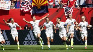 Les Américaines viennent de nouveau de marquer un but en finale de la Coupe du monde de football, contre les Japonaises, le 5 juillet 2015 à Vancouver (Canada). (MICHAEL CHOW / REUTERS)