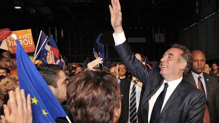 """Le candidat du MoDem, en meeting à Bordeaux jeudi 19 avril, s'est attaqué à l'UMP et au PS, évoquant une certaine """"paresse dans la manière de voir le pays"""". (PIERRE ANDRIEU / AFP)"""