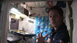 Thomas Pesquet fait visiter sa chambre dans la station spatiale internationale, le 14 décembre 2016. (ESA / YOUTUBE)