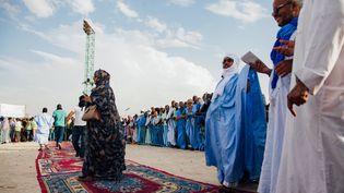 Des supporters arrivent pour le meeting de campagne de Sidi Mohamed Ould Boubacar, ancien Premier ministre et candidat à l'élection présidentielle du 22 juin 2019, soutenu par le parti islamiste d'opposition Tewassoul, au stade Mellah de Nouakchott le 30 mars 2019. (CARMEN ABD ALI / AFP)