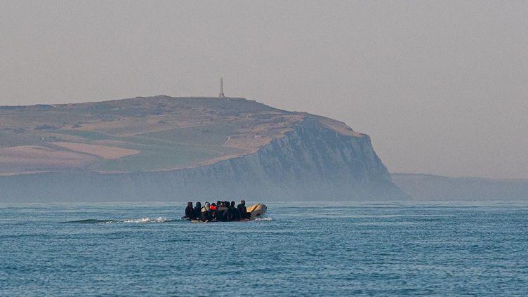 Une embarcation de migrants tentant de rallier l'Angleterre par la Manche, le 5 août 2020. (MAXPPP)