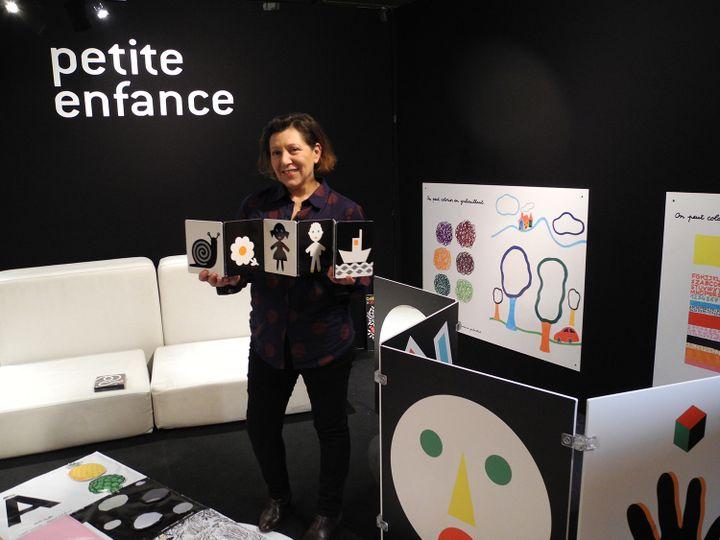 Pascale Estellon avec son imagier au salon du livre dans le pôle petite enfance du salon du livre de Montreuil  (LHouot / Culturebox)