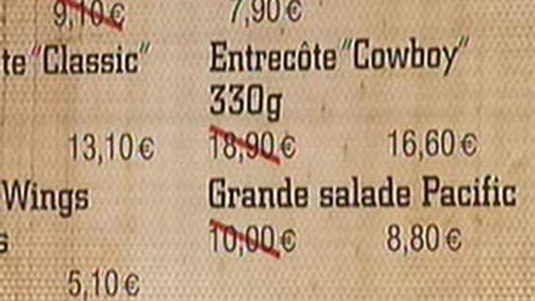 Certains restaurants ont d'ores et déjà répercuté la baisse de la TVA sur leur carte (01/07/2009) (© France 2)