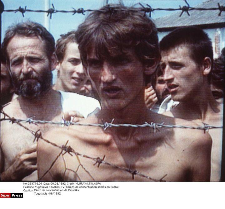 Des détenus du camp de concentration d'Omarska, en Bosnie, en 1992.Des milliers de Bosniaques et de Croates y ont été retenus prisonniers et torturés par les Serbes après l'éclatement de la Yougoslavie. (MURRAY / I.T.N. / SIPA)