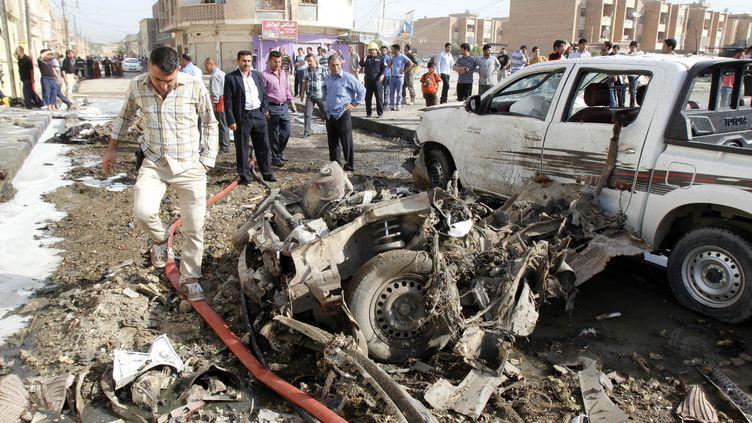 Des membres des forces de sécurité irakiennes arrivent sur les lieux d'un attentat à la voiture piégée, à Kirkouk, le 15 avril 2013. (REUTERS )
