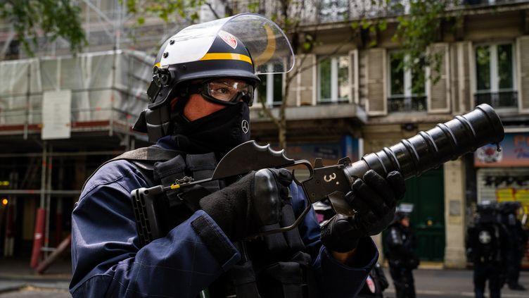 """Un policier, le 3 août 2019, lors d'une manifestation de """"gilets jaunes"""" à Paris. (XOSE BOUZAS / HANS LUCAS / AFP)"""
