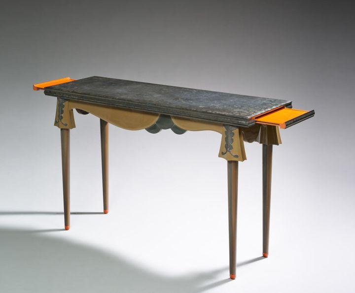 Eileen Gray : Console, 1918-1920, bois laqué de Chine poli et arraché, collection particulière  (photo : Monsieur Christian Baraja, Studio SLB)
