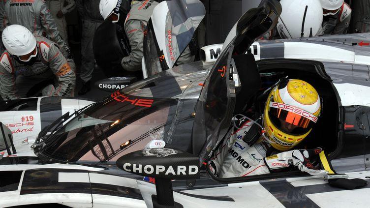 11h11 : Earl Bamber s'engouffre dans la Porsche 919 Hybrid N.19 pour son relais matinal en tête des 24 Heures du Mans 2015 (JEAN-FRANCOIS MONIER / AFP)