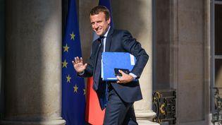 Emmanuel Macron sur le perron du palais de l'Elysée, à Paris, le 22 août 2016. (JULIEN MATTIA / NURPHOTO / AFP)