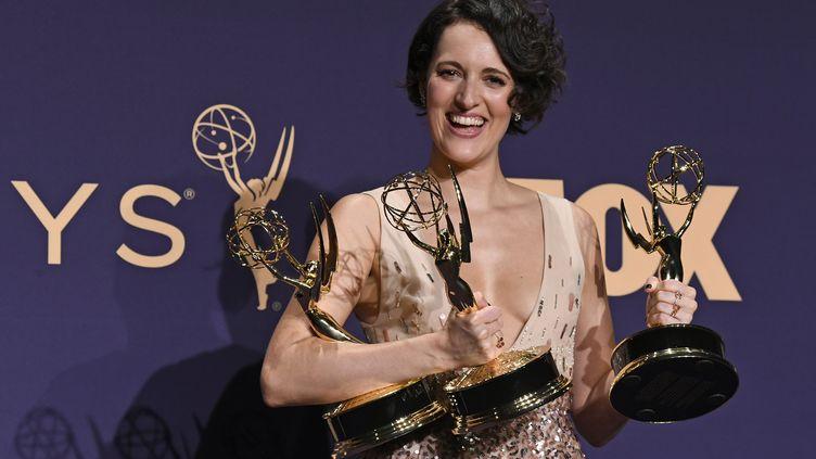 """Phoebe Waller-Bridge, premier rôle et réalisatrice de """"Fleabag"""", pose avec ses récompenses après les Emmy Awards, le 22 septembre 2019 à Los Angeles. (FRAZER HARRISON / GETTY IMAGES NORTH AMERICA / AFP)"""