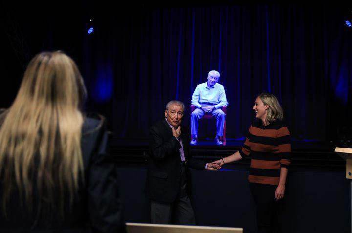 """Aaron Elster, un survivant de la Shoah, ici en """"vrai"""" et en hologramme au Musée de l'Holocaust de l'Illinois.  ( Bilgin Sasmaz / ANADOLU AGENCY)"""
