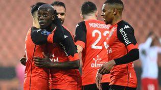 Des joueurs de Lorient célèbrent un but lors d'un match de Ligue 1 à domicile contre Nîmes, le 13 décembre 2020. (DAMIEN MEYER / AFP)