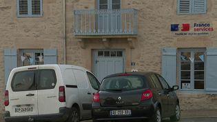 Alors que la disparition des services publics dans les zones rurales inquiétait les habitants des communes concernées, des Maisons France services ont ouvert. C'est le cas à Châteauponsac, en Haute-Vienne. (France 2)