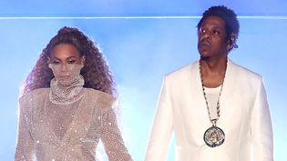 """Beyoncé et Jay-Z font leur entrée sur scène main dans la main en tenue immaculée sur le """"On The Run II Tour"""", le 6 juin à Cardiff.  (SIPA)"""