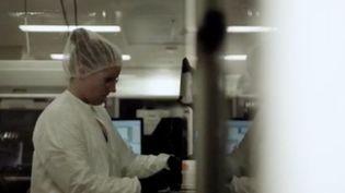 À quand un remède contre le Covid-19 ? Les groupes pharmaceutiques et les laboratoires de recherche à travers le monde se sont lancés dans une course contre la montre. Lundi 16 mars, le premier essai clinique a été lancé à Seattle aux États-Unis. (FRANCE 3)