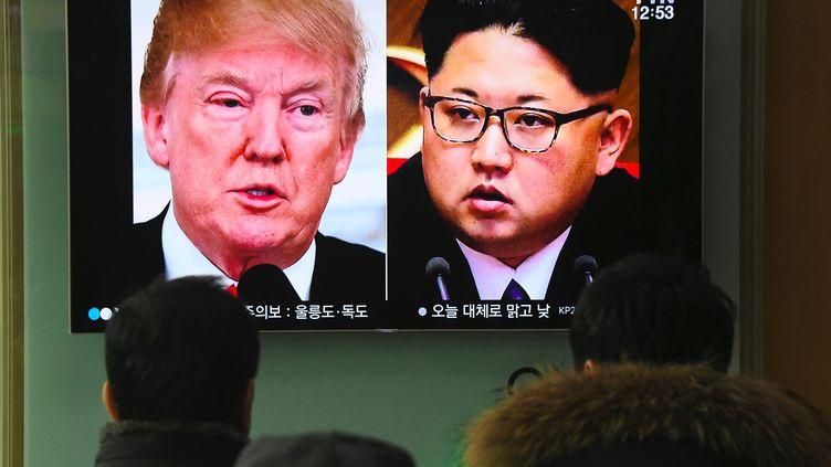 Donald Trump et Kim Jong-un à la télévision, le 9 mars 2018 à Séoul (Corée du Sud). (JUNG YEON-JE / AFP)