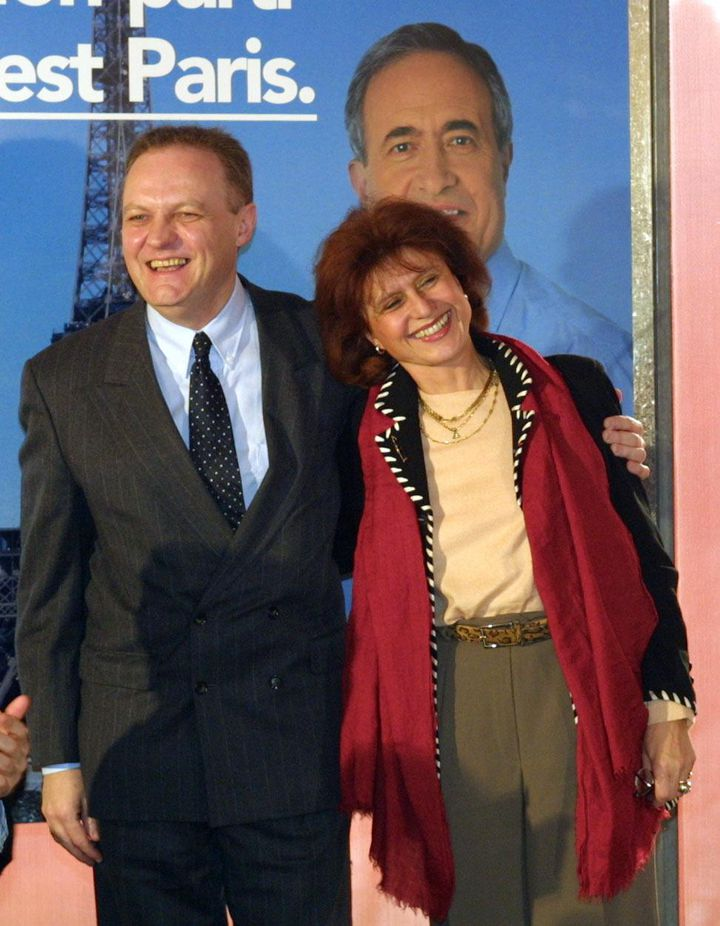 François Asselineau et Marie-France Coquard, lors de la campagne pour les municipales dans le 19e arrondissement de Paris, le 16 janvier 2001. (DANIEL JANIN / AFP)