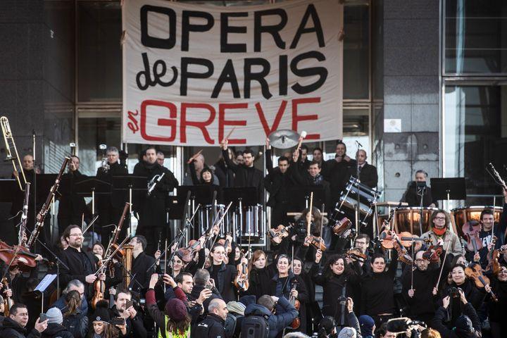 Le 31 décembre 2019 les grévistes contre la réforme des régimes spéciaux de retraite, devant l'Opéra Bastille à Paris. (MARTIN BUREAU / AFP)