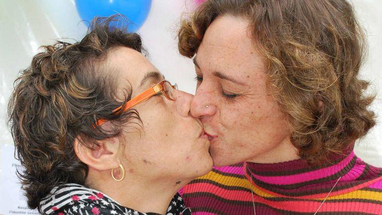 Marie-Jeanne et Wilfrid Avrillon, devenu Chloé plusieurs années après leur mariage, le 17 mai 2011 à Brest (Finistère). (KARINE JONCQUEUR / LE TELEGRAMME / MAXPPP)