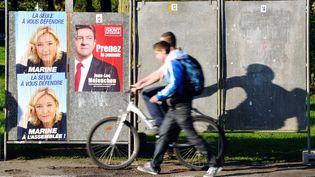 Des affiches de campagne de Marine Le Pen et Jean-Luc Mélenchondans une rue d'Hénin-Beaumont. Tous deux sont candidats dans la 11e circonscription du Pas-de-Calais. (PHILIPPE HUGUEN / AFP)