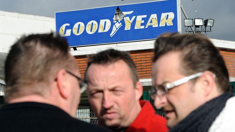 Des salariés de l'usine Goodyear d'Amiens (Somme), dont le délégué syndical CGT Mickaël Wamen (à dr.), à la sortie de leur entreprise le 7 février 2013. (PHILIPPE HUGUEN / AFP)