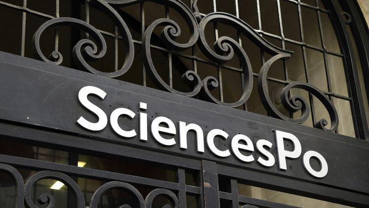 Le logo de Sciences Po au-dessus de la porte d'entrée du bâtiment principal, le 18 avril 2018 à Paris. Photo d'illustration. (BERTRAND GUAY / AFP)