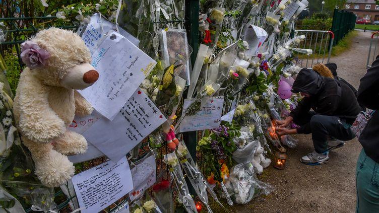 Des messages decondoléances et des fleurs déposées en mémoire de la petite Angélique (PHILIPPE HUGUEN / AFP)