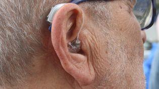 Un homme porte une prothèse auditive pour améliorer l'audition en juin 2016. (JEAN-FRAN?OIS FREY / MAXPPP)