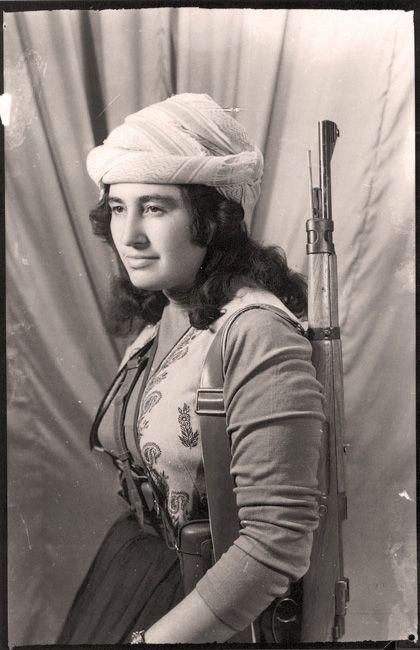 Margaret George Shello, considérée comme la première combattante kurde, photographiée dans les années 1960. (ZAHER RASHID / WIKIMEDIA COMMONS)