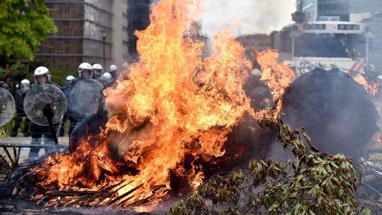 Les forces de police face aux agriculteurs, lundi 7 septembre 2015, à Bruxelles (Belgique). (? ERIC VIDAL / REUTERS)