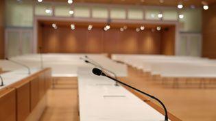 Une salle d'audience du tribunal de Paris, porte de Clichy.Les plaidoiries de la défense doivent se poursuivre jeudi 11 et vendredi 12 février au procès des policiers de la BAC du 18e arrondissement. (MANUEL COHEN / AFP)