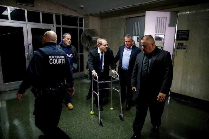Harvey Weinstein quitte une salle d'audience de la cour suprême de New York, appuyé sur un déambulateur, le 11 décembre 2019. (EDUARDO MUNOZ / REUTERS)