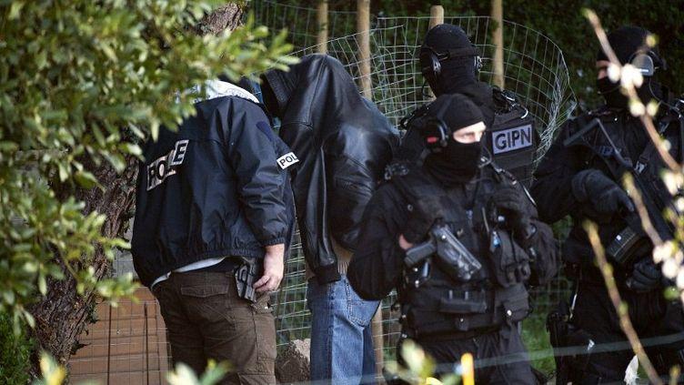 Interpellation à Couëron (Loire-Atlantique) dans le cadre d'un coup de filet dans le milieu islamiste radical, le 30 mars 2012. (JEAN-SEBASTIEN EVRARD / AFP)