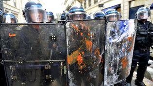 Des membres des forces de l'ordre lors d'une manifestation contre la loi Travail, à Paris, le 26 mai 2016. (GEORGES GOBET / AFP)