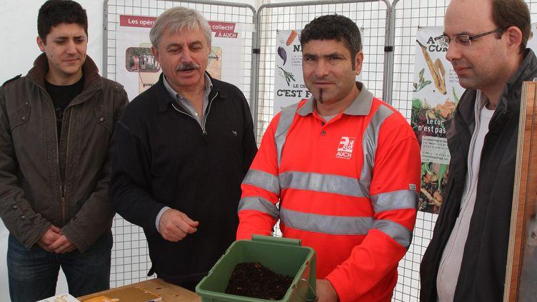 Présentation d'un bac de compostage à Auch (Gers), le 21 novembre 2011. (MAXPPP)