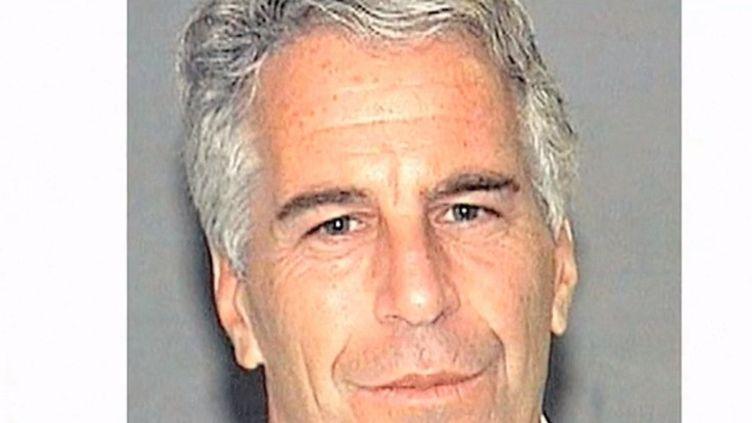 """Jeffrey Epstein, accusé d'avoir exploité sexuellement des mineures, a été retrouvé pendu dans sa cellule samedi 10 août. Le FBI évoque """"un suicide apparent"""", mais de nombreuses personnes émettent publiquement des interrogations. (FRANCE 3)"""