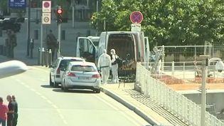 Une femme est décédée à Marseille (Bouches-du-Rhône) ce lundi 21 août après qu'un homme au volant d'un fourgon a foncé sur un abribus. (FRANCE 3)