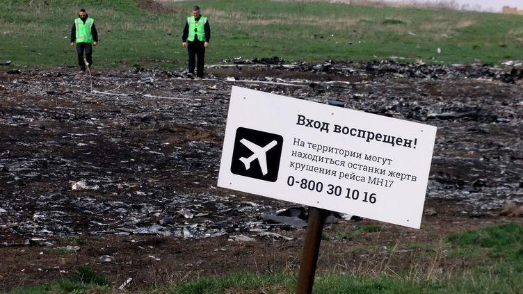 Des experts sur le site du crash du vol MH17 de la Malaysia Airlines, dans la région deDonetsk (Ukraine), le 16 avril 2015. (IGOR MASLOV / RIA NOVOSTI / AFP)