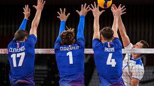 L'équipe de France de volley face au Comité olympique russe lors du tournoi olympique des Jeux de Tokyo, le 30 juillet 2021. (YURI CORTEZ / AFP)