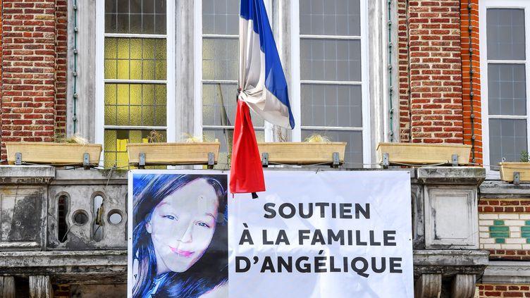 Le portrait de la jeune Angélique, tuée et violée par David Ramault, affiché sur la mairie deWambrechies (Nord), le 1er mai 2018. (PHILIPPE HUGUEN / AFP)