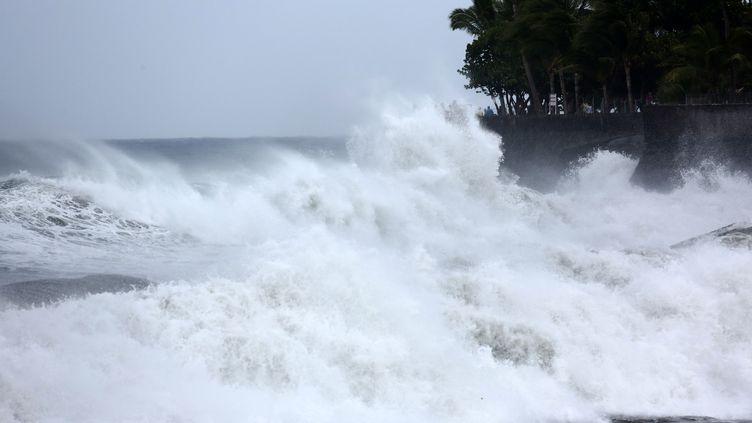 A l'approche de l'île, le cyclone Bejisa provoque une forte houle à Saint-Denis de La Réunion, le 1er janvier 2014. (RICHARD BOUHET / AFP)