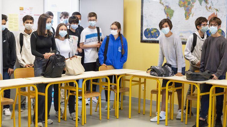 Des lycéens font leur rentrée dans un établissement de Poitiers (Vienne), le 2 septembre 2021. (JEAN-FRANCOIS FORT / HANS LUCAS / AFP)
