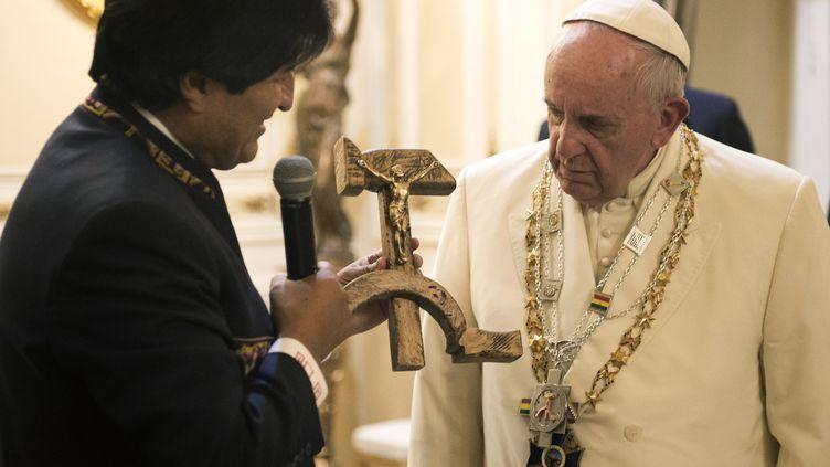 Le président bolivien Evo Morales échange les cadeaux avec le pape François is à La Paz lors de son voyage pastoral le 8 juillet 2015 (OSSERVATORE ROMANO / AFP)