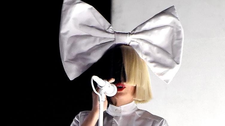 L'Australienne Sia, ici en concert le 24 avril 2016 à Indio (Californie, Etats-Unis), figure dans ce classement. (KEVIN WINTER / GETTY IMAGES NORTH AMERICA / AFP)