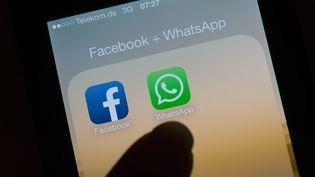 Le service de messagerie instantanée WhatsApp annonce, le 25 août 2016, qu'il va partager certaines des informations de ses utilisateurs avec sa maison-mère Facebook. (ARNO BURGI / DPA / AFP)