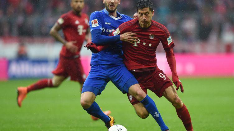 Mario Vrancic (Darmstadt) tente de contenir Robert Lewandowski (Bayern Munich) (CHRISTOF STACHE / AFP)