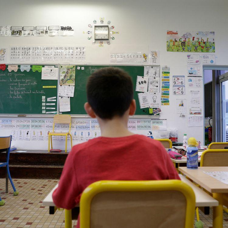 Un enfant dans une classe, dans la région de Nantes. (MATHIEU THOMASSET / HANS LUCAS / AFP)